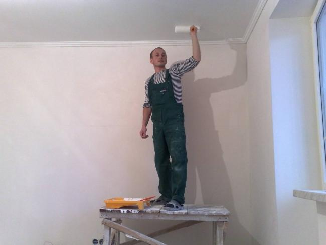 Как покрасить потолок на побелку