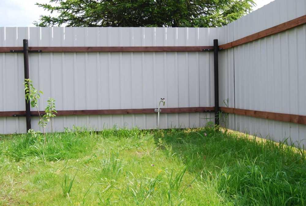 Забор из профнастила на деревянных лагах