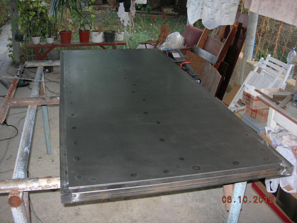 Разрезаем сталь болгаркой и привариваем к дверной раме