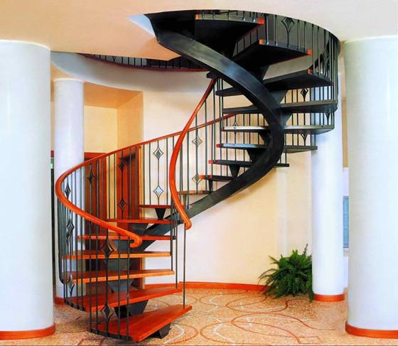 Чтобы готовая винтовая лестница выглядела поистине привлекательно, понадобится дополнительно зачистить заусеницы, появившиеся на швах ступеней