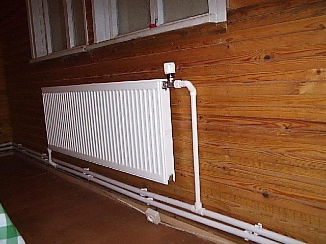 Фото: Установленный радиатор в деревянном доме