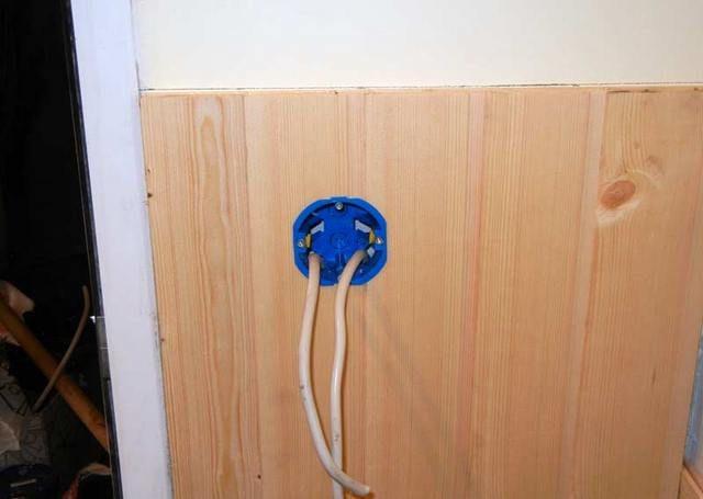 Отверстие под коробку для электроприбора  на балконе