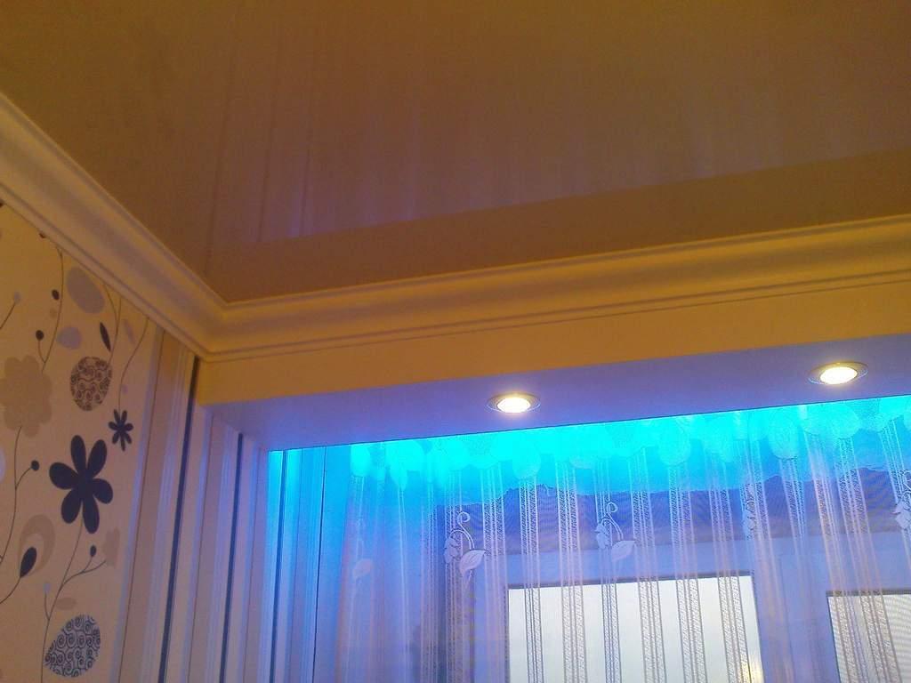 Сочетание точечной подсветки на коробе и светодиодной в нише