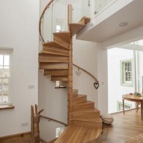 Деревянная винтовая лестница с подступенком