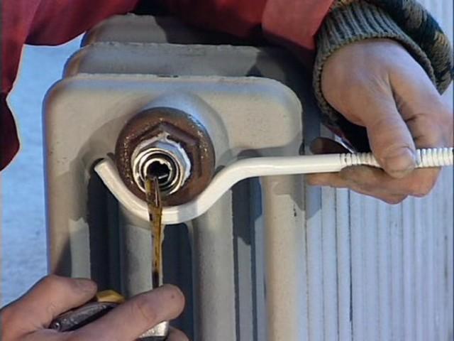 слив воды из батареи в многоквартирном доме