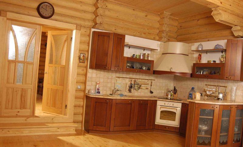 19-otdelka-v-derevyannom-dome-materialami-iz-drevesiny