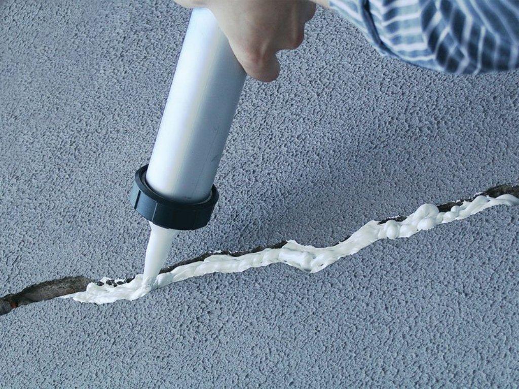 Заливка трещины в стене монтажной пеной