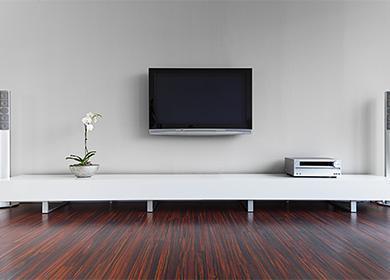 На каком расстоянии от пола повесить плазменный телевизор: ориентируемся по росту домочадцев и диагонали экрана