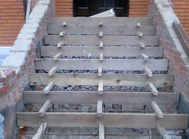 Лестница для крыльца из бетона: как правильно изготовить опалубку и залить бетон?