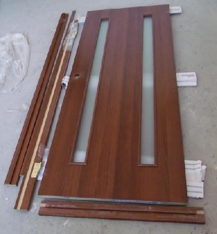 Разобранная дверная коробка и дверь до монтажа