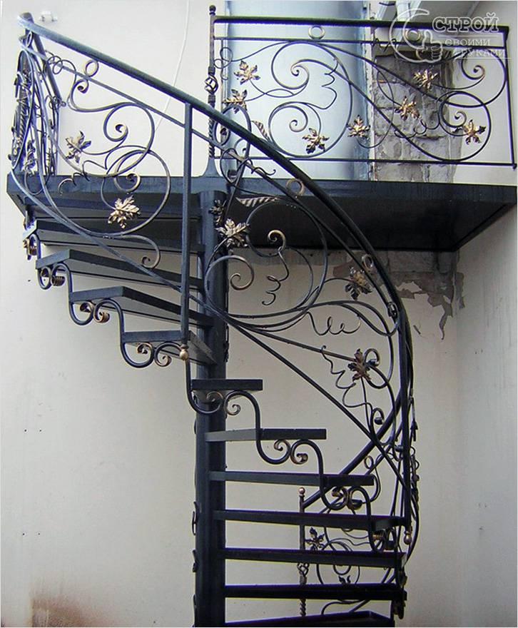 Наружная лестница с ковкой