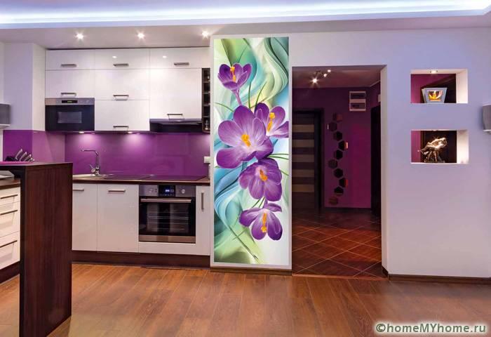 Комбинацию темного напольного покрытия и осветленных стен стоит разнообразить качественным точечным освещением