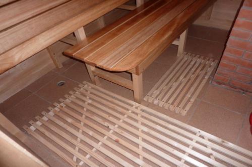 В полу бани обязательно оборудуется сливное отверстие