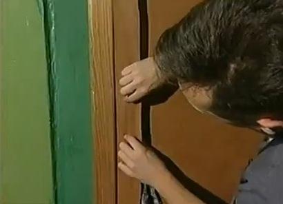 Полоски прикрепляются по всему периметру двери