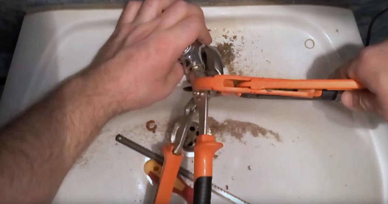 Откручивание кран буксы с помощью разводного ключа или пассатижей