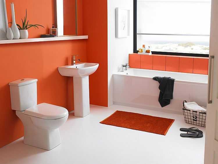 Солнечный оранжевый цвет стен в ванной