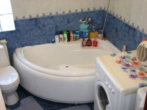 Угловая ванна в маленьком санузле