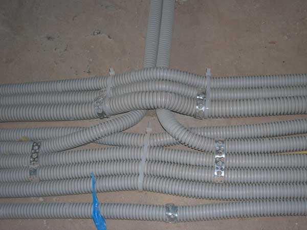 Для крепления гофошлангов можно использовать любые подходящие по размерам фиксаторы