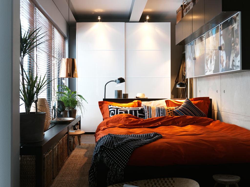 Яркое постельное бельё в серой спальне