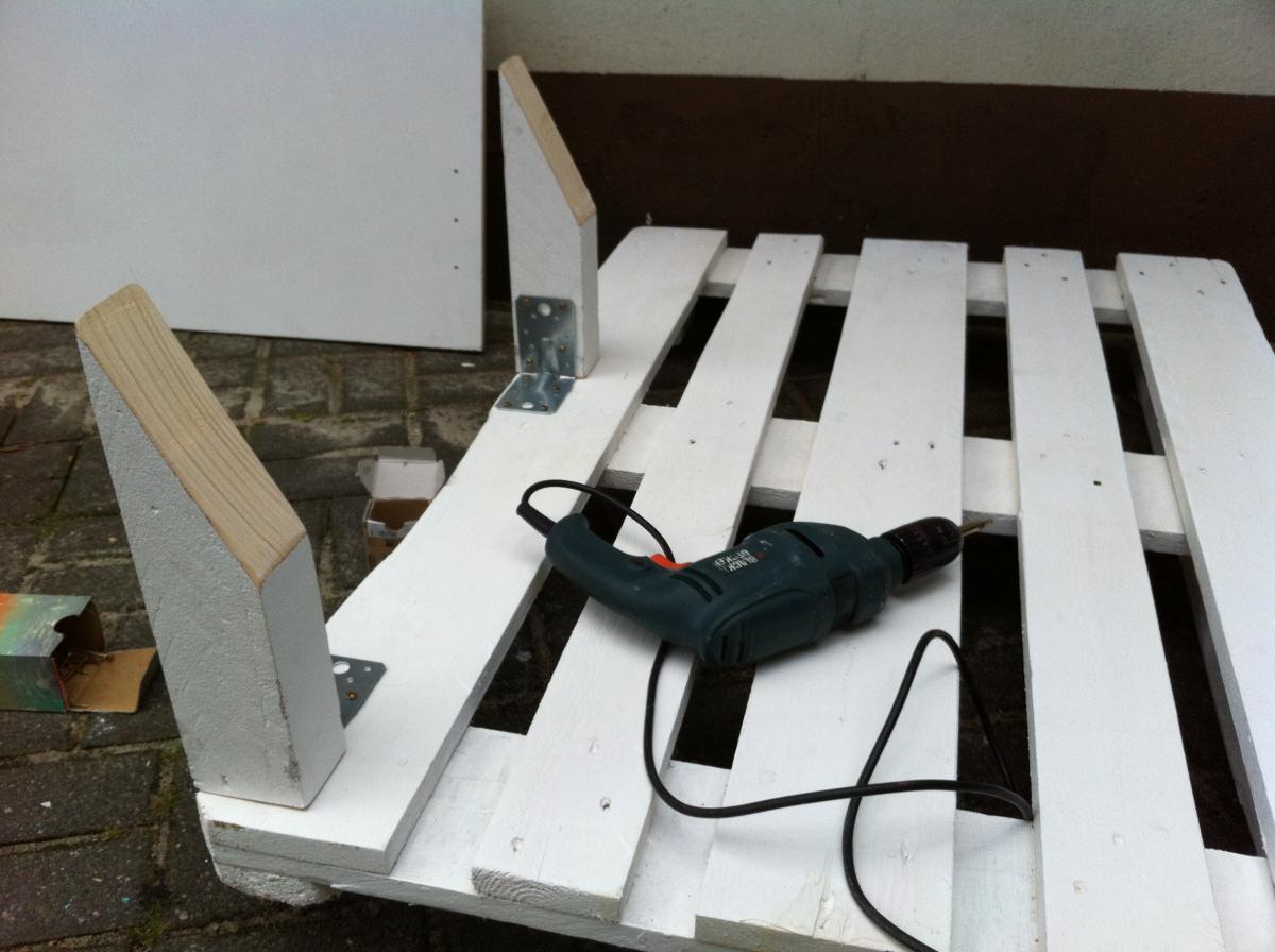 pallet-sofa-pillars-mounted-4