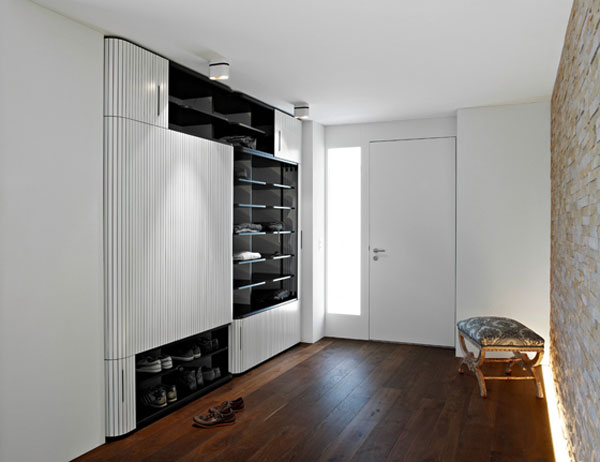 Высокий распашной шкаф в интерьере прихожей