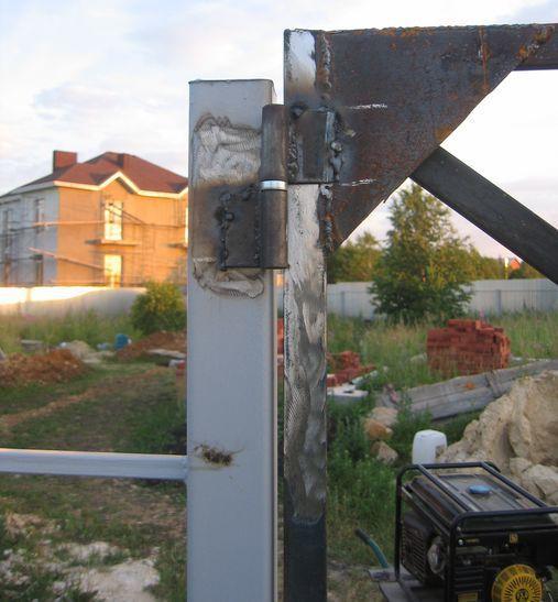 Вначале прихватываем петли после этого пробуем открыть и закрыть ворота. Если ворота нормально открываются, окончательно привариваем петли к столбам и к воротам
