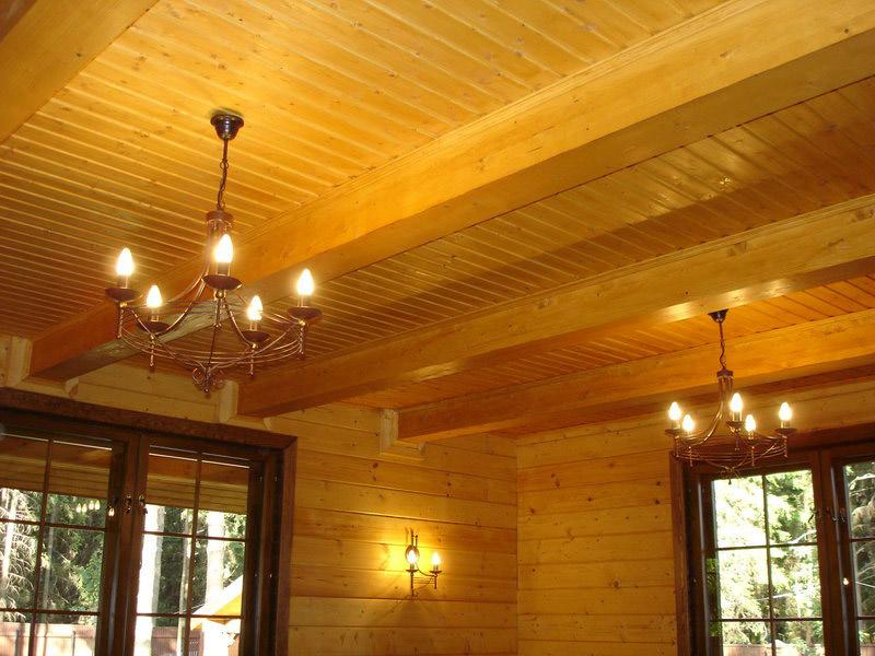 Обшивка потолка деревом