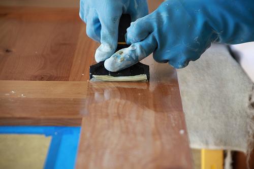 Несколько методов снятия лака с мебели