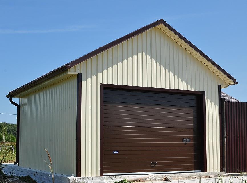Отделка каркасного гаража профнастилом и установка ворот