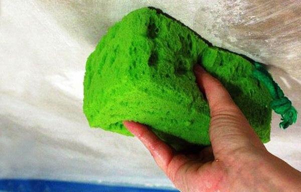 Очистите поверхность от пыли влажной мочалкой