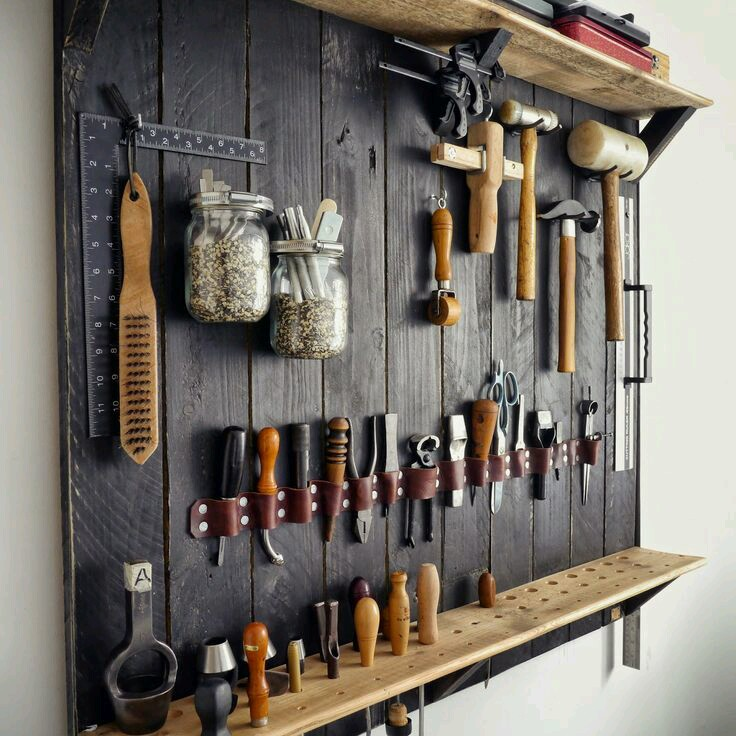 Обычно система хранения начинается с самых простых гвоздиков и крючков
