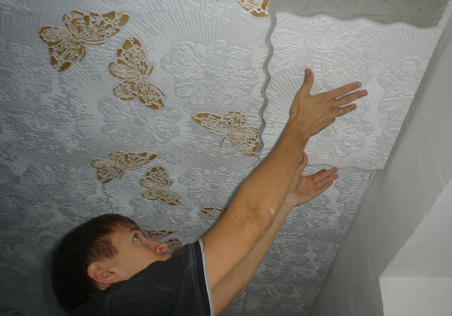 каким клеем клеить потолочную плитку из пенопласта