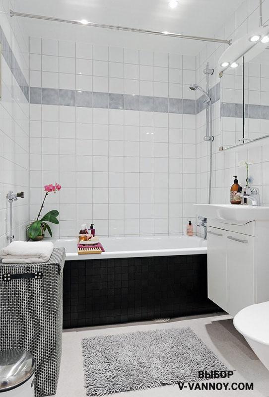 При расположении дверного проема на узкой стене, ванну лучше установить в торцевой части, напротив.