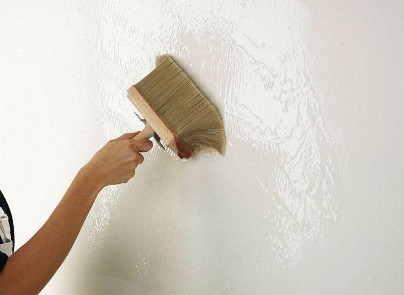 На обработанную грунтовкой стену можно клеить обои только после полного высыхания раствора