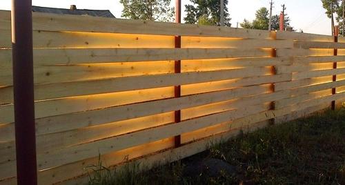 Горизонтальный забор - плетень из досок