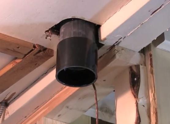 В освобожденный от старого герметика раструб нижней трубы вставляют резиновый уплотнитель, смазанный герметиком