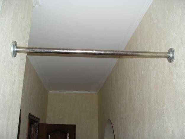 В дверном проеме или в узком коридоре