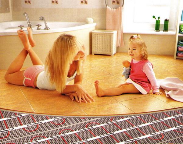 При подогреве полов дети могут играть даже на кафеле в ванной