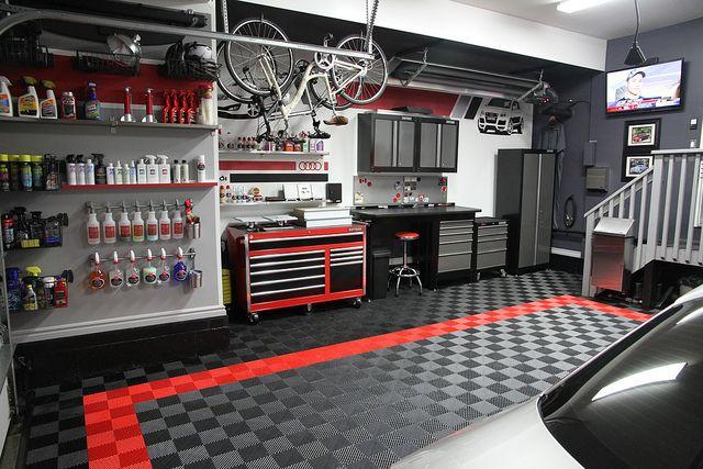 Инструментальная мастерская мастера в гараже