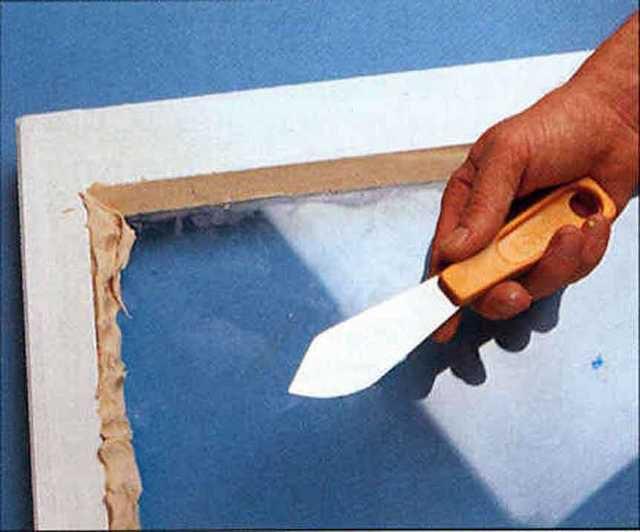 Из пластичной замазки формируется имитация деревянного штапика
