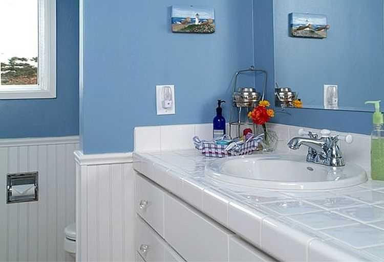 Голубые тона часто встречаются в ванной