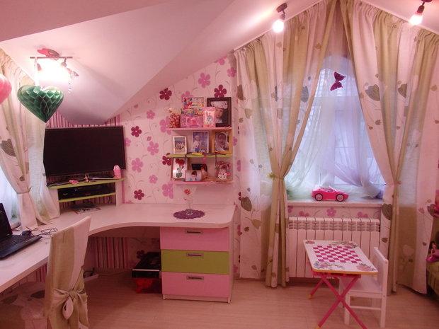 Угловой стол в детской для девочки