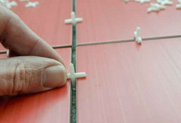 Крестики между напольной плиткой