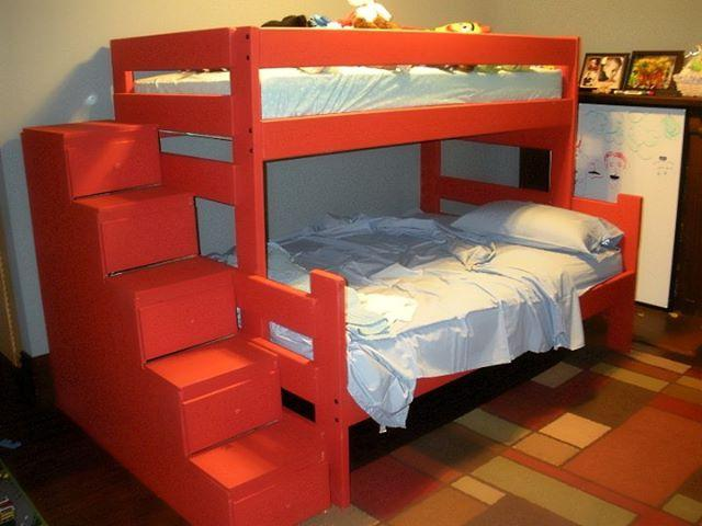 В качестве дополнения можно, например, установить ступени из ящиков сбоку кровати, что и облегчит подъём на второй ярус, и добавит места для хранения вещей