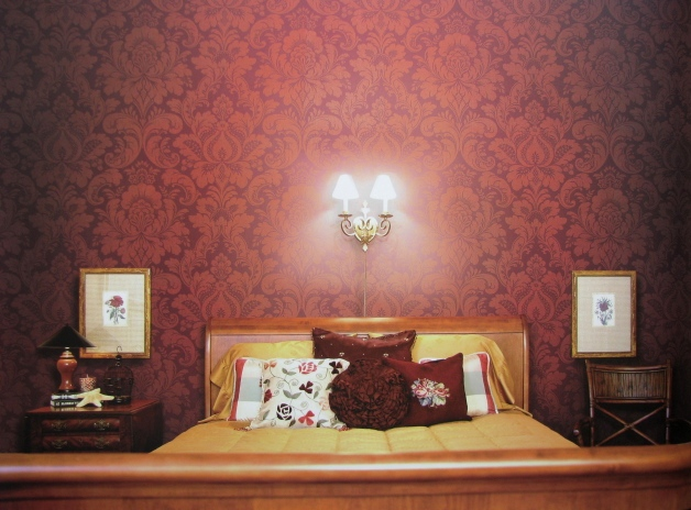 Текстильные обои на стене