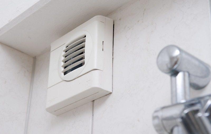 Настенный вентилятор с декоративной решеткой-наличником