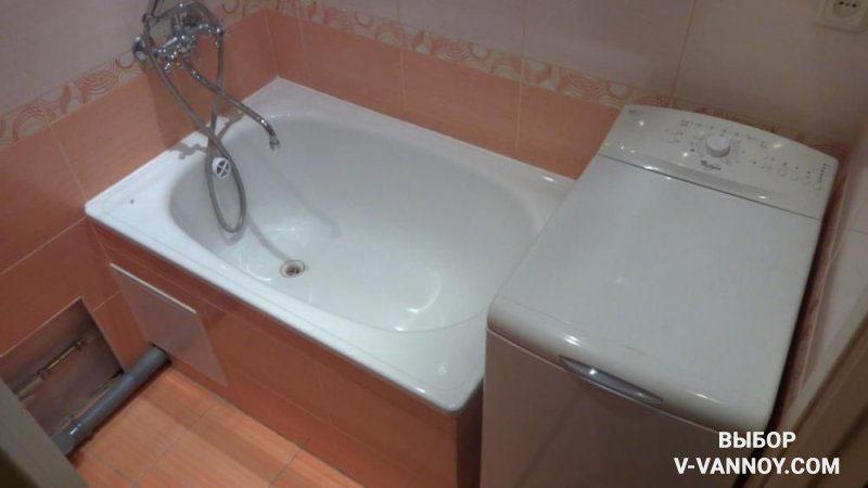 Сидячая модель ванной и стиральная машина с вертикальной загрузкой – оптимальный вариант совмещения разных функций в стесненном пространстве.