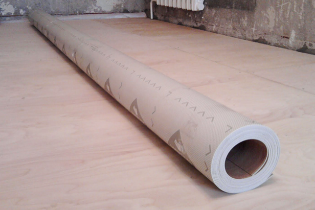 Линолеум продают на погонные метры в виде плотных рулонов. В связи с этим, данный материал требует дополнительных усилий по выпрямлению