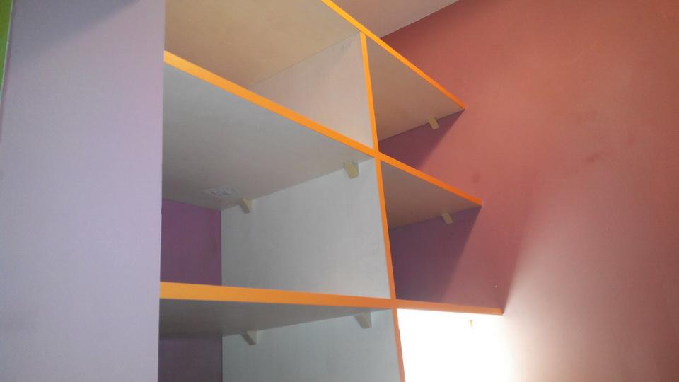 Монтаж встроенных полок в гардеробной