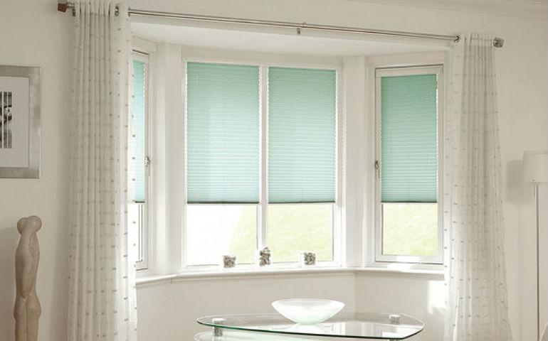 Жалюзи на створке окна высвобождают подоконник, обратите внимание, на фото показано, как правильно комбинировать два вида штор